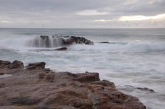 Cascade à écriture ligne par ligne de roche photographie stock libre de droits