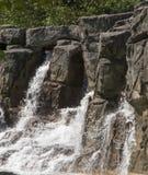 Cascade à écriture ligne par ligne de roche image libre de droits
