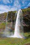 Cascade à écriture ligne par ligne de Seijalandfoss en Islande Image stock