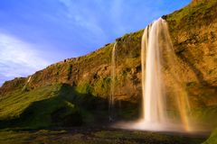 Cascade à écriture ligne par ligne de Seljalandfoss au coucher du soleil, Islande Photographie stock