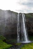 Cascade à écriture ligne par ligne de Seljalandsfoss en Islande Photo stock