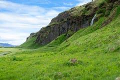 Cascade à écriture ligne par ligne de Seljalandsfoss en Islande Photo libre de droits