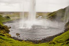 Cascade à écriture ligne par ligne de Seljalandsfoss - Islande Image stock