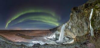 Cascade à écriture ligne par ligne de Seljalandsfoss, Islande Image libre de droits