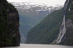 Cascade à écriture ligne par ligne de sept soeurs sur Geirangerfjord images libres de droits