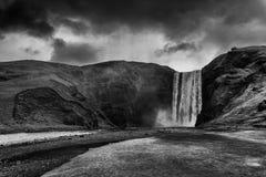 Cascade à écriture ligne par ligne de Skogafoss en Islande Photos stock