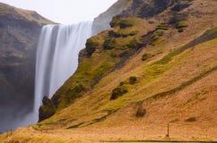 Cascade à écriture ligne par ligne de Skogafoss, Islande Image libre de droits