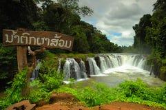 Cascade à écriture ligne par ligne de Tad Pha Souam, les Laotiens. Image libre de droits