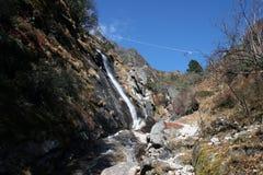 Cascade à écriture ligne par ligne de Tenga - Népal Images stock