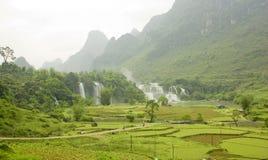 cascade à écriture ligne par ligne du Vietnam d'horizontal de gioc d'interdiction photographie stock