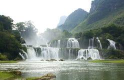 cascade à écriture ligne par ligne du Vietnam d'horizontal de gioc d'interdiction photographie stock libre de droits
