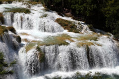 Cascade à écriture ligne par ligne en Croatie Photo stock