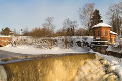 Cascade à écriture ligne par ligne en hiver images stock
