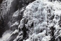 Cascade à écriture ligne par ligne en hiver Photo libre de droits