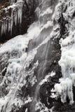 Cascade à écriture ligne par ligne en hiver Photo stock