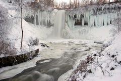 Cascade à écriture ligne par ligne en hiver Photos stock