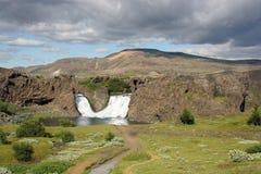 Cascade à écriture ligne par ligne en Islande Photographie stock
