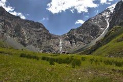 Cascade à écriture ligne par ligne en le Kyrgyzstan Photo libre de droits