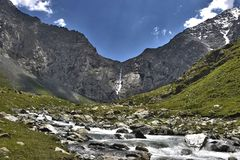 Cascade à écriture ligne par ligne en le Kyrgyzstan Photographie stock