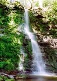 Cascade à écriture ligne par ligne en montagnes d'obturation Photographie stock libre de droits