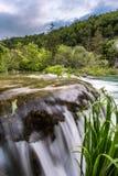 Cascade à écriture ligne par ligne en stationnement national de lacs Plitvice Images stock