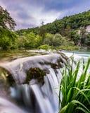 Cascade à écriture ligne par ligne en stationnement national de lacs Plitvice Photo stock
