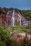 Cascade à écriture ligne par ligne en stationnement national de lacs Plitvice Photos libres de droits
