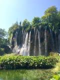 Cascade à écriture ligne par ligne en stationnement national de lacs Plitvice photo libre de droits