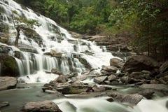 Cascade à écriture ligne par ligne en Thaïlande avec la nature verte Photographie stock libre de droits