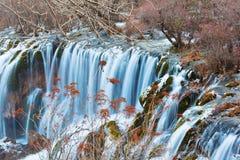 Cascade à écriture ligne par ligne en vallée 2 de Jiuzhai Photos stock