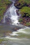 Cascade à écriture ligne par ligne et fleuve Photo stock