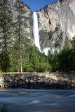 Cascade à écriture ligne par ligne et fleuve de Yosemite Photographie stock libre de droits