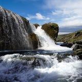 Cascade à écriture ligne par ligne et fleuve en Islande Image stock