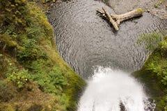 Cascade à écriture ligne par ligne et lac Photographie stock