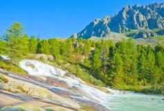 Cascade à écriture ligne par ligne fantastique dans les montagnes d'Altai Photo stock