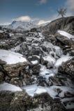 Cascade à écriture ligne par ligne figée de montagne Image libre de droits
