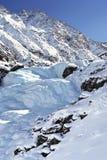 Cascade à écriture ligne par ligne figée en montagne Images stock