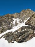 Cascade à écriture ligne par ligne figée sur la montagne Image libre de droits