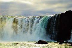 Cascade à écriture ligne par ligne Godafoss en Islande Photos stock