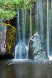 Cascade à écriture ligne par ligne japonaise de jardin Images libres de droits