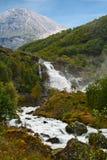 Cascade à écriture ligne par ligne Kleivafossen en montagnes de la Norvège Photo stock
