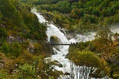 Cascade à écriture ligne par ligne Kleivafossen en montagnes de la Norvège Photos stock