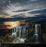 Cascade à écriture ligne par ligne la nuit au coucher du soleil Photos libres de droits