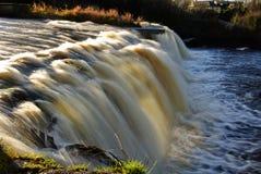 Cascade à écriture ligne par ligne lente dans à l'ouest de l'Irlande Photos stock