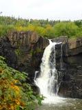 Cascade à écriture ligne par ligne Minnesota d'automne Image stock
