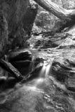 Cascade à écriture ligne par ligne noire et blanche Photographie stock