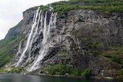 Cascade à écriture ligne par ligne nuptiale de voile sur Geirangerfjord image stock