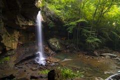 Cascade à écriture ligne par ligne paisible dans la forêt de la Pennsylvanie Photo stock