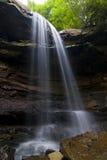 Cascade à écriture ligne par ligne paisible dans la forêt de la Pennsylvanie Photos libres de droits
