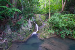 Cascade à écriture ligne par ligne profonde de forêt (cascade à écriture ligne par ligne d'Erawan) Image libre de droits